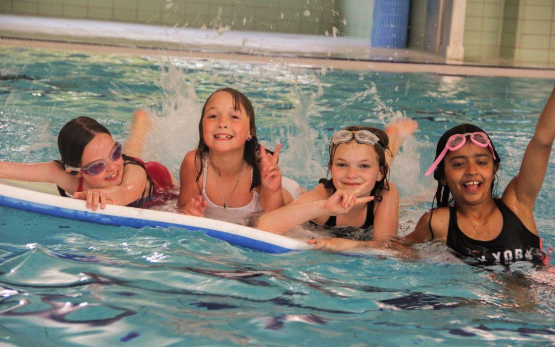 BMI Svømning fejrer 40 års jubilæum med vandplask og glade medlemmer